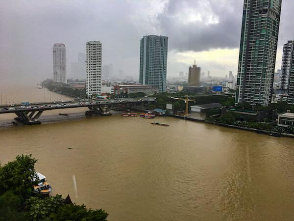 シャングリラ ホテル バンコク(Shangri-La Hotel, Bangkok)の客室から見えるチャオプラヤー川