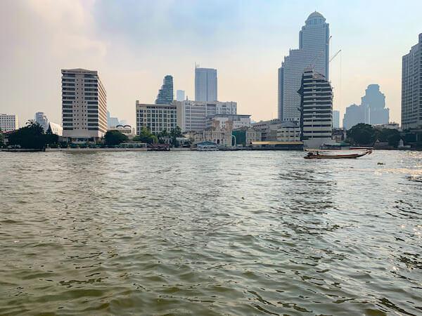 ザ ペニンシュラ バンコク(The Peninsula Bangkok)のプールから見えるチャオプラヤー川の景色