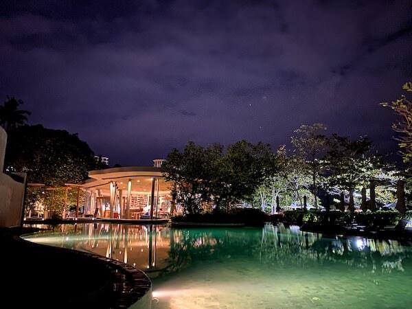 ナバーナネイチャーエスケープ(Navana Nature Escape)のライトアップされたプール