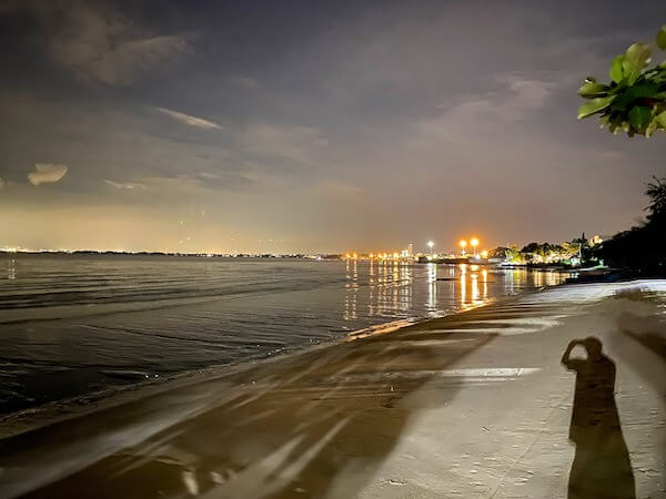 夜のナバーナネイチャーエスケープ(Navana Nature Escape)のプライベートビーチ2