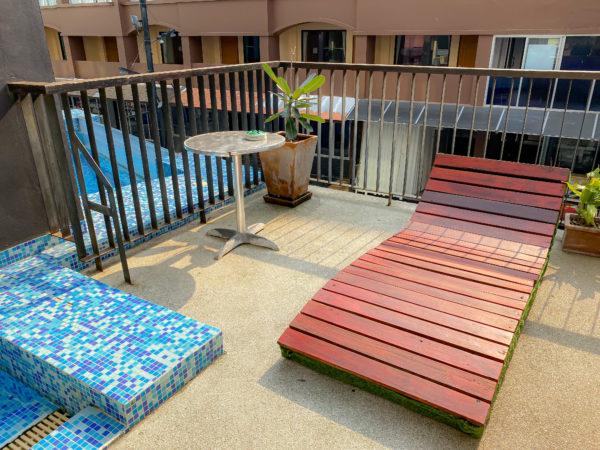 アヤブティックホテル パタヤ(Aya Boutique Hotel Pattaya)のプールにある木製のビーチベッド