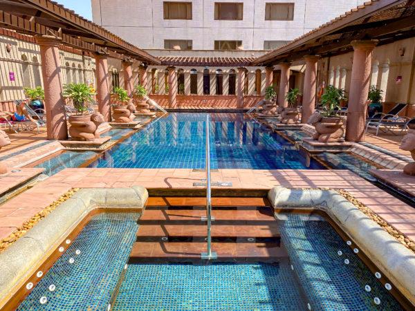 クラウンプラザ バンコク ルンピニ パーク(Crowne Plaza Bangkok Lumpini Park)のプール3