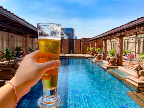 クラウンプラザ バンコク ルンピニ パーク(Crowne Plaza Bangkok Lumpini Park)のプールサイドで飲むビール3