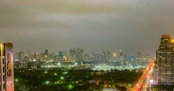 クラウンプラザ バンコク ルンピニ パーク(Crowne Plaza Bangkok Lumpini Park)のジュニアスイートルームから見える夜景