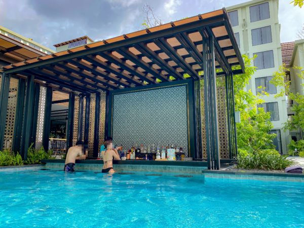 フォー ポインツ バイ シェラトン パトン ビーチ リゾート(Four Points by Sheraton Phuket Patong Beach Resort)のプールバー