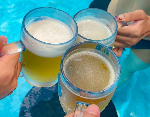 フォー ポインツ バイ シェラトン パトン ビーチ リゾート(Four Points by Sheraton Phuket Patong Beach Resort)のプールで飲んだビール