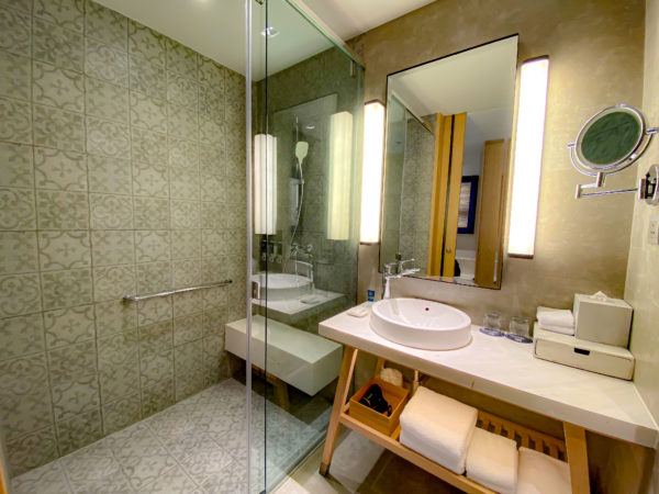 フォー ポインツ バイ シェラトン パトン ビーチ リゾート(Four Points by Sheraton Phuket Patong Beach Resort)のプールアクセスルームのシャワールーム