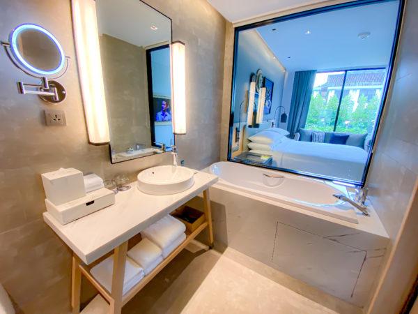 フォーポインツ バイ シェラトン パトン ビーチ リゾート(Four Points by Sheraton Phuket Patong Beach Resort)ファミリースイートのバスルーム