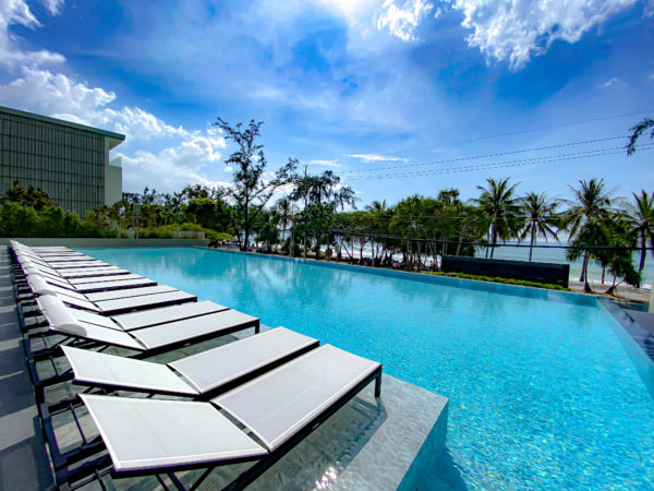 フォーポインツ バイ シェラトン パトン ビーチ リゾート(Four Points by Sheraton Phuket Patong Beach Resort)のデッキプール2