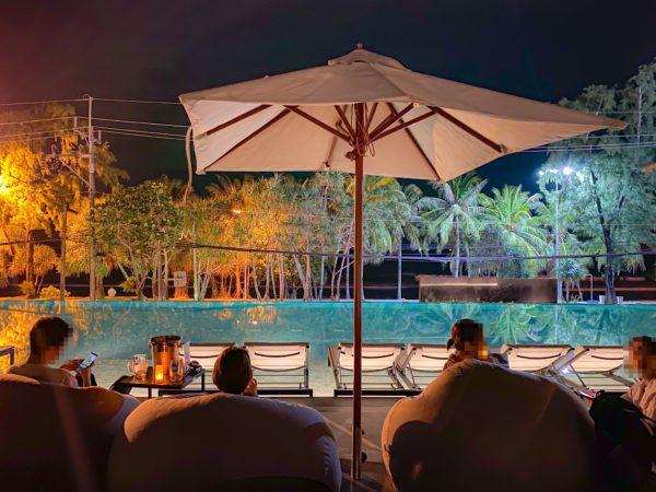夜のフォーポインツ バイ シェラトン パトン ビーチ リゾート(Four Points by Sheraton Phuket Patong Beach Resort)のデッキプール2