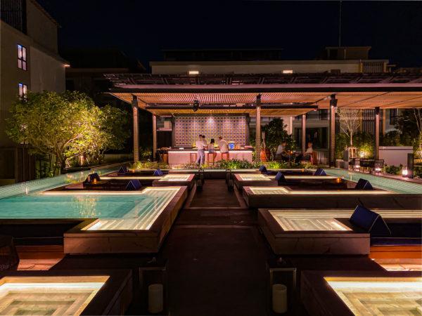 夜のフォーポインツ バイ シェラトン パトン ビーチ リゾート(Four Points by Sheraton Phuket Patong Beach Resort)のデッキプール1