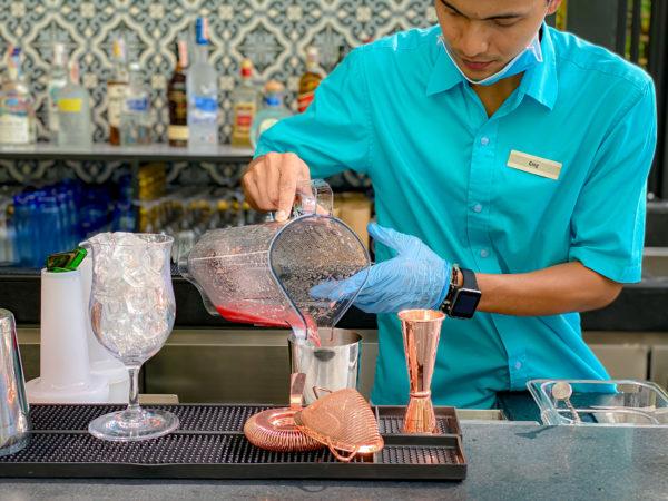 フォー ポインツ バイ シェラトン パトン ビーチ リゾート(Four Points by Sheraton Phuket Patong Beach Resort)のプールバーのバーテンダー