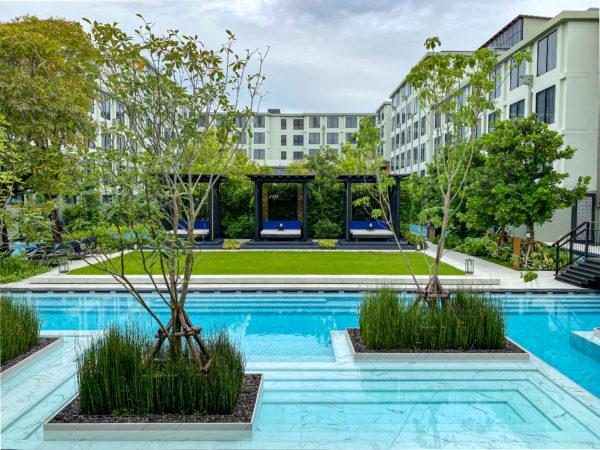 エントラスから見たフォー ポインツ バイ シェラトン パトン ビーチ リゾート(Four Points by Sheraton Phuket Patong Beach Resort)のプール