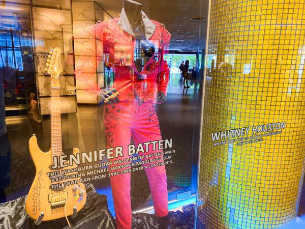 ハードロックホテル パタヤ(Hard Rock Hotel Pattaya)に展示されているジェニファー・バトゥンのギターとホイットニーヒューストン