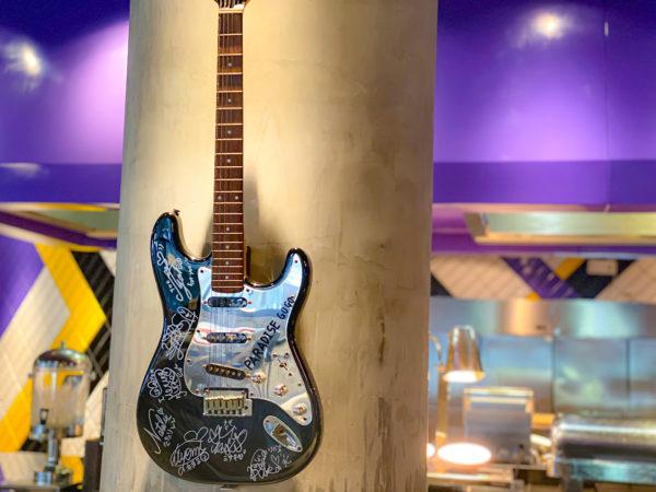 ハードロックホテル パタヤ(Hard Rock Hotel Pattaya)に展示されているPARADISE GO!! GO!!のギター