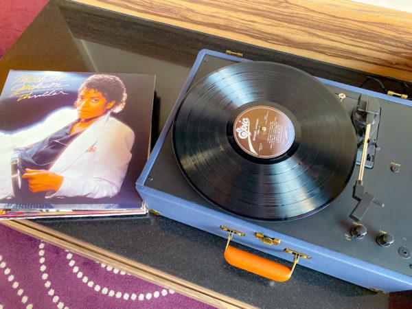 ハードロックホテル パタヤ(Hard Rock Hotel Pattaya)でレンタルしているレコードとレコードプレイヤー