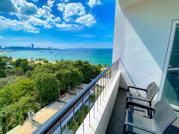 ハードロックホテル パタヤ(Hard Rock Hotel Pattaya)のコンポーザースイートのベッドルームのバルコニーから見えるパタヤビーチ