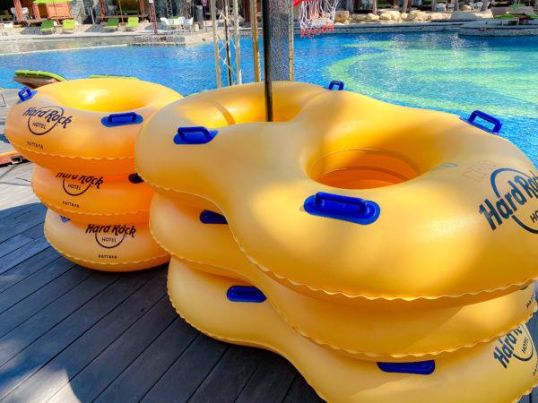 ハードロックホテル パタヤ(Hard Rock Hotel Pattaya)のプールの浮き輪