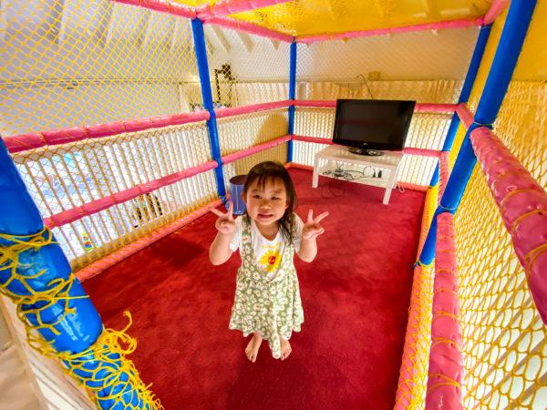 ハードロックホテル パタヤ(Hard Rock Hotel Pattaya)のキッズルームにいた子供