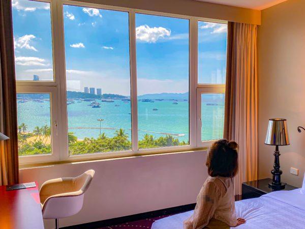 ハードロックホテル パタヤ(Hard Rock Hotel Pattaya)のコンポーザースイートのベッドルームから見えるパタヤビーチ