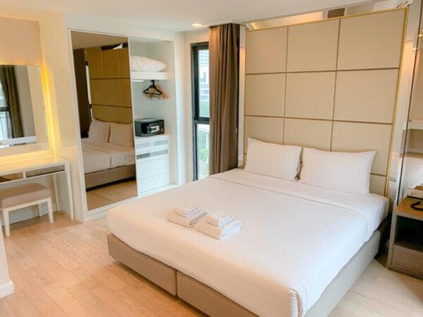 ホープランド ホテル アンド レジデンス スクンビット 8(HopeLand Hotel Sukhumvit 8)の1ベッドルームスイートのベッド