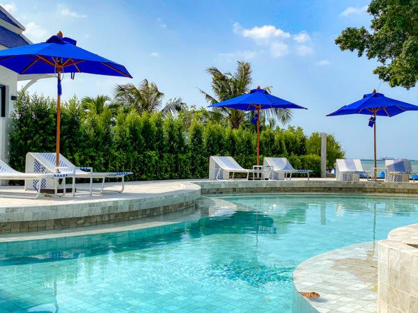 クラムパタヤ(Kram Pattaya)のプールにある藍色のビーチパラソル