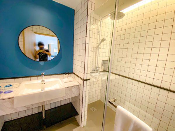 クラムパタヤ(Kram Pattaya)のデラックスキングルーム プールアクセスのシャワールーム