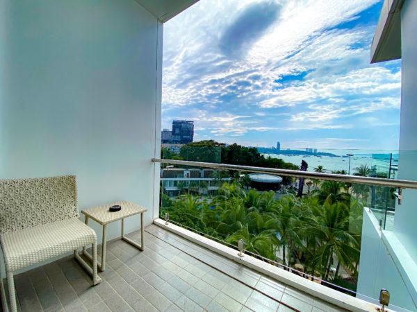 メラマーレ パタヤ(Mera Mare Pattaya)デラックス シービュールーム ダブルベッド (Deluxe Room Sea View Double Bed.)のバルコニーから見える海