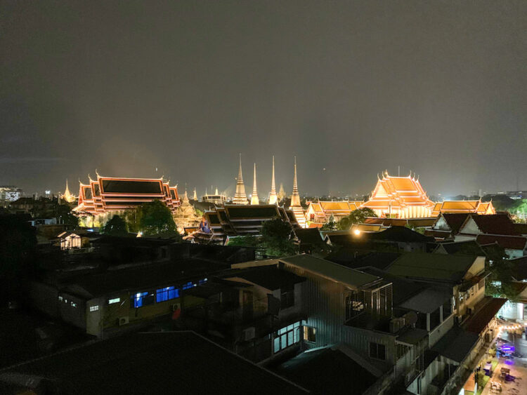 リヴァ アルン バンコク (Riva Arun Bangkok)のベッドルームから見えるライトアップされたワットプラケオ