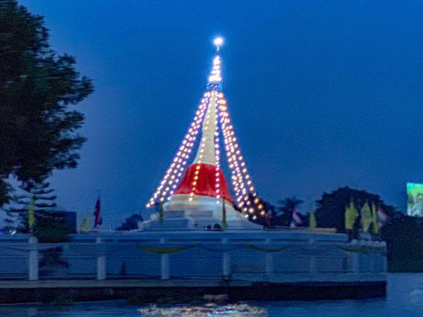 ライトアップされたムタウ仏塔