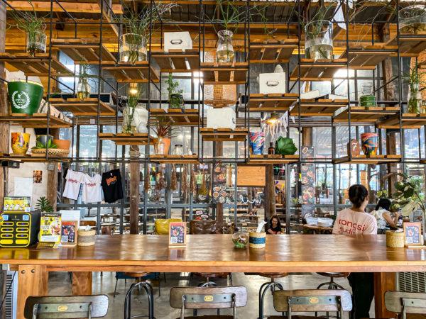 クレット島の工場カフェ1