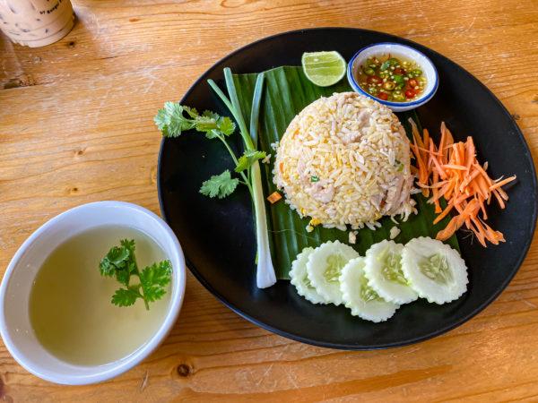 クレット島の工場カフェで食べたカオマンガイ