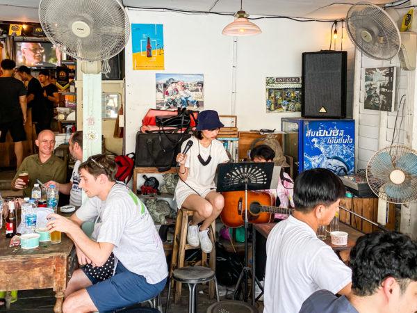 クレット島のクラフトビール店(Chitbeer)にいたシンガソングライター