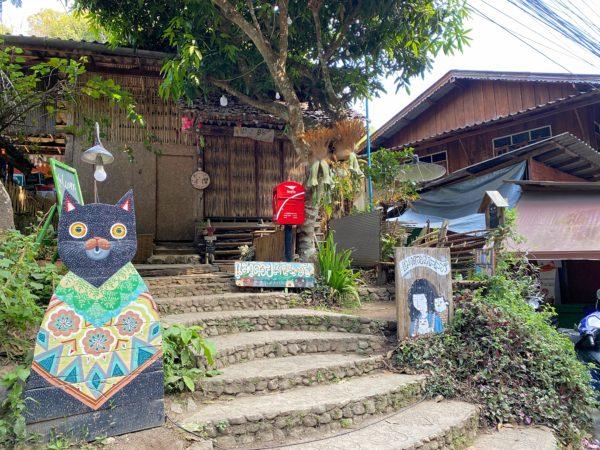 メーカンポン村のメインストリートに並ぶカフェ