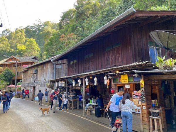 メーカンポン村のメインストリートの飲食店