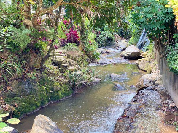 メーカンポン村のメインストリート沿いを流れる川