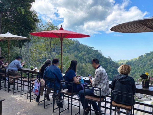 メーカンポン村のカフェ「チョムノック チョンマイ」のテラス席
