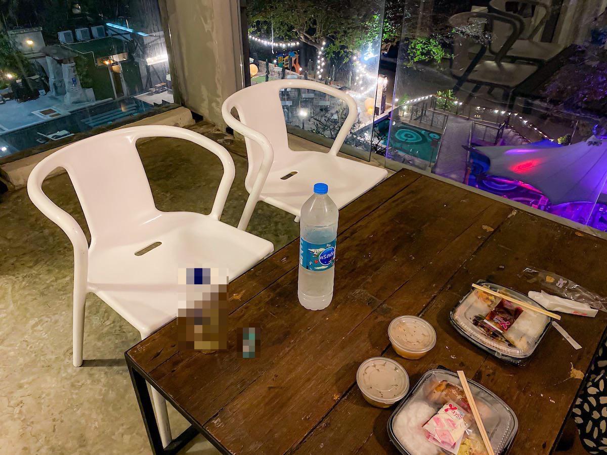 パタヤ モーダス ビーチフロント リゾート(Pattaya Modus Beachfront Resort)デラックスオーシャンビューのバルコニーで食べた夕食