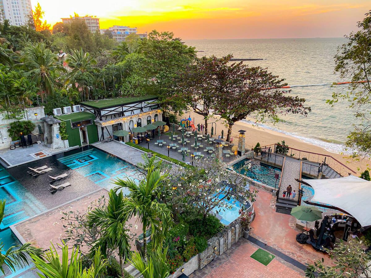 パタヤ モーダス ビーチフロント リゾート(Pattaya Modus Beachfront Resort)のプールとプライベートビーチ