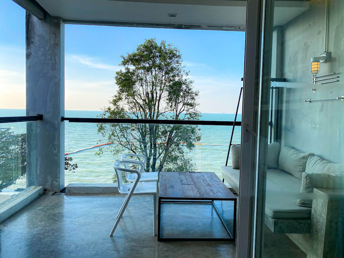 パタヤ モーダス ビーチフロント リゾート(Pattaya Modus Beachfront Resort)の客室バルコニーから見える海
