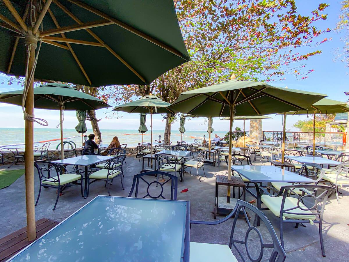 パタヤ モーダス ビーチフロント リゾート(Pattaya Modus Beachfront Resort)のオーシャンビューテラス