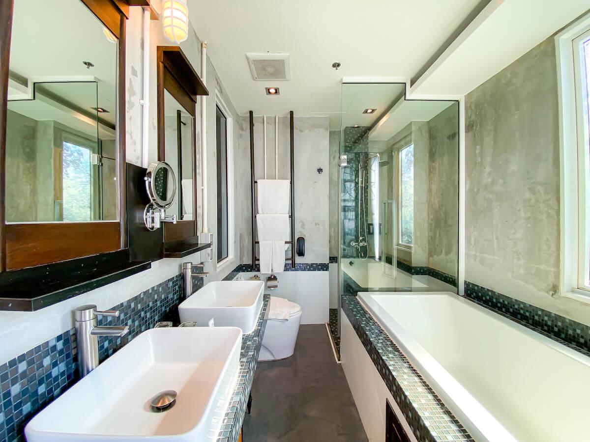 パタヤ モーダス ビーチフロント リゾート(Pattaya Modus Beachfront Resort)デラックスオーシャンビューのバスルーム
