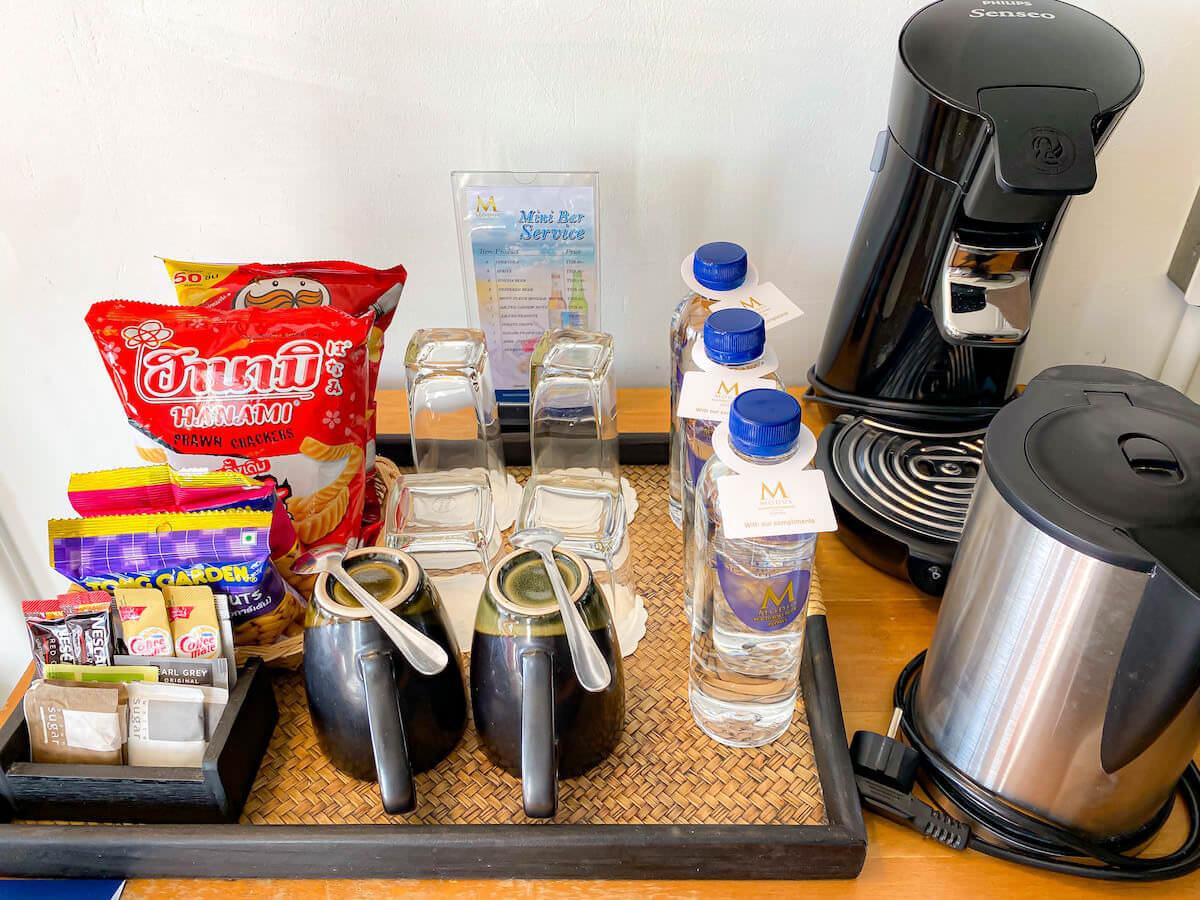 パタヤ モーダス ビーチフロント リゾート(Pattaya Modus Beachfront Resort)デラックスオーシャンビュー備え付けのコーヒーマシーンやスナック