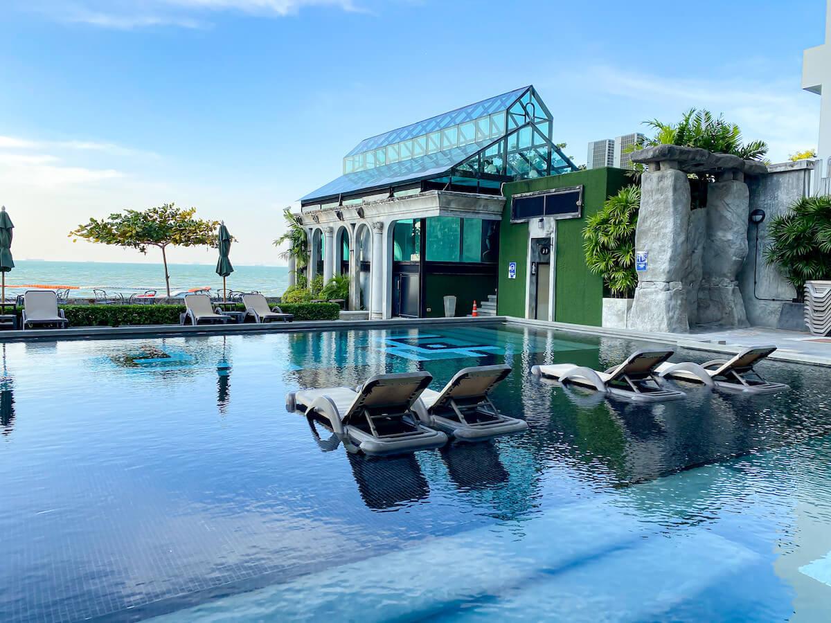 パタヤ モーダス ビーチフロント リゾート(Pattaya Modus Beachfront Resort)のプール1
