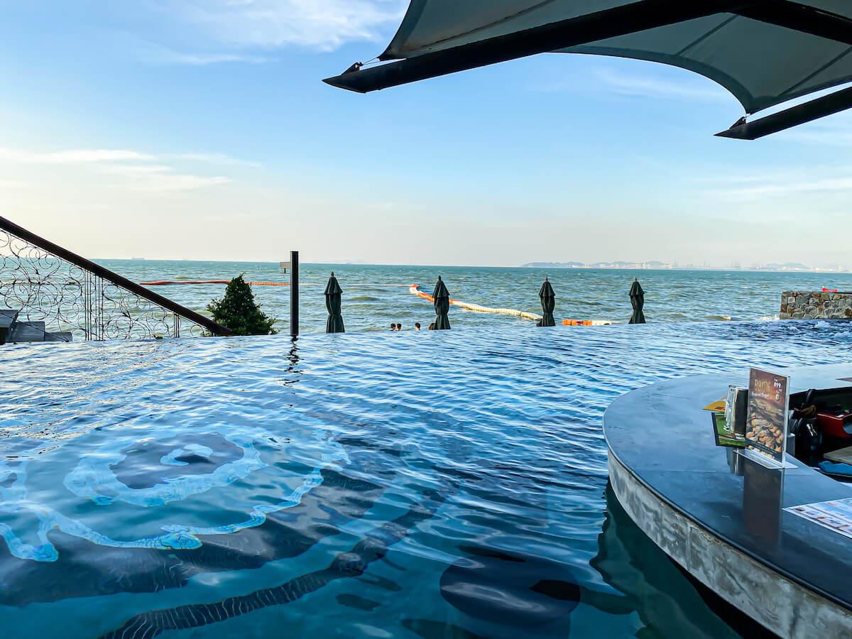 パタヤ モーダス ビーチフロント リゾート(Pattaya Modus Beachfront Resort)のプール2