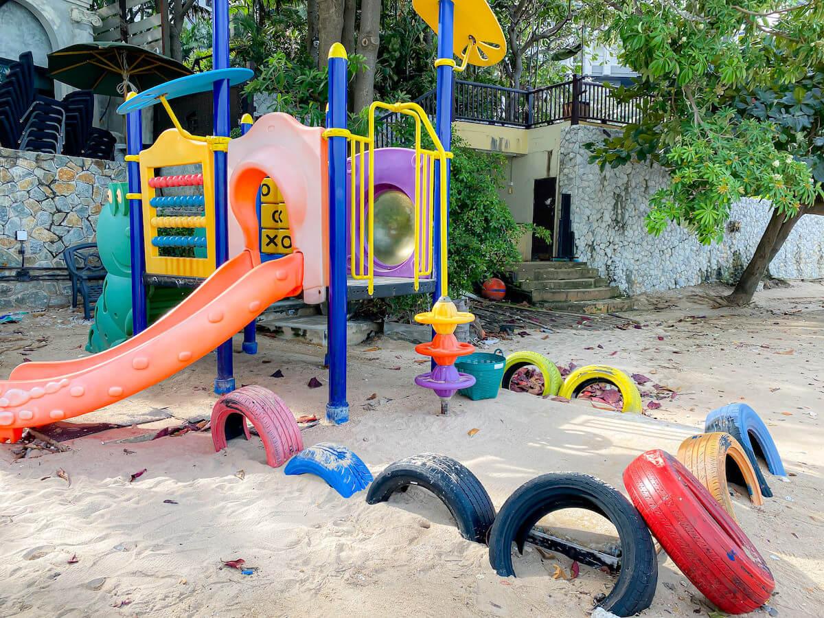 パタヤ モーダス ビーチフロント リゾート(Pattaya Modus Beachfront Resort)のプライベートビーチにある子供用の遊具