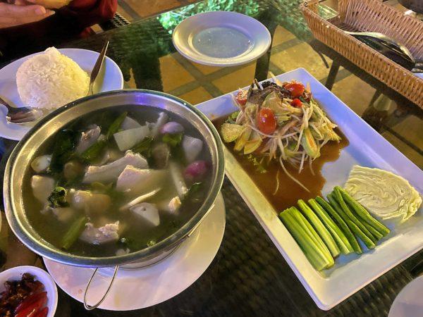サームセーン ウィラ(SAMSENVILLA)で食べたトムヤムスープとソムタム