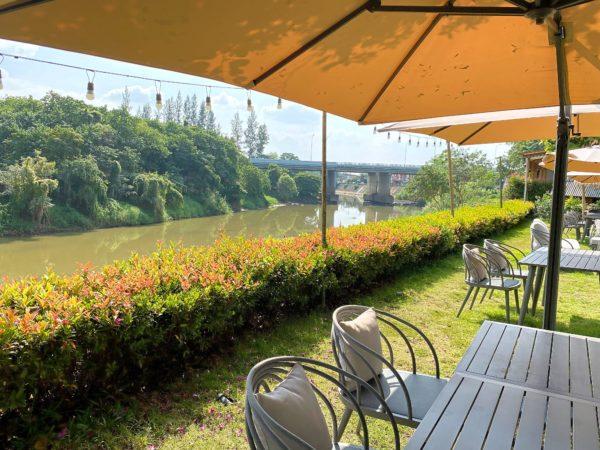 ザ チェンマイ リバーサイド(The Chiang Mai Riverside)の中庭から見えるピン川