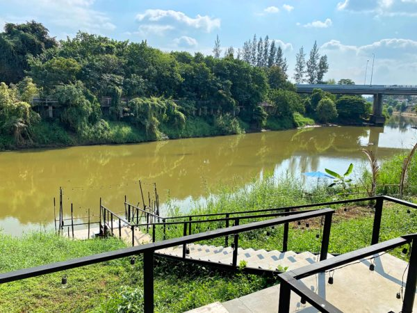 ザ チェンマイ リバーサイド(The Chiang Mai Riverside)の中庭から見えるピン川2