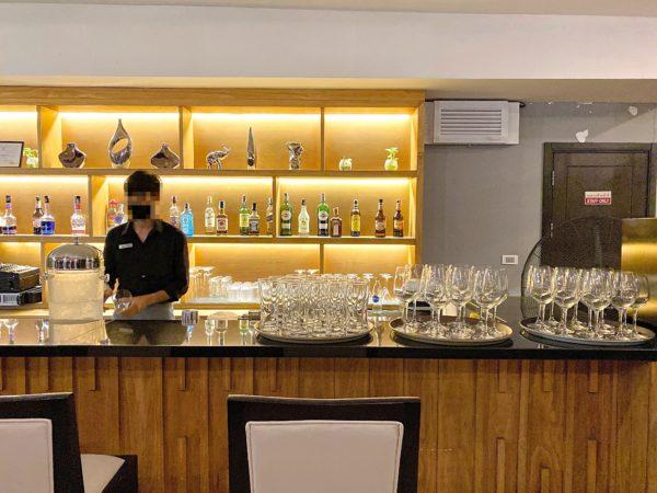 ザ チェンマイ リバーサイド(The Chiang Mai Riverside)のレストランのバーカウンター